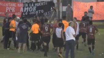 [VIDEO] La salvaje agresión de los hinchas contra un árbitro de fútbol en Argentina