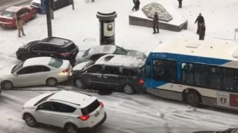 [VIDEO] Nieve en las calles de Montreal provoca un accidente vehicular masivo