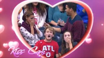 "[VIDEO] ""Kiss Cam"" de la NBA registra accidentada propuesta de matrimonio"