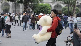 Muchos se acercaron a darle apoyo al joven mientras esperaba a su novia