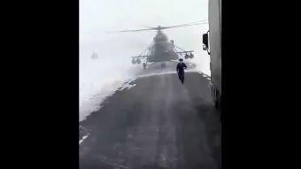 [VIDEO] Un helicóptero se pierde y baja a la carretera a preguntar