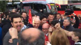 [VIDEO] El desatado festejo de los hinchas con Jorge Sampaoli tras el triunfo del Sevilla