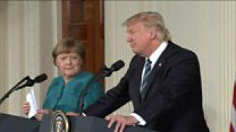 [VIDEO] La llamativa reacción de Angela Merkel a una broma de Donald Trump en la Casa Blanca