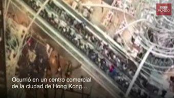 [VIDEO] El espeluznante momento en que una escalera eléctrica se sale de control en Hong Kong