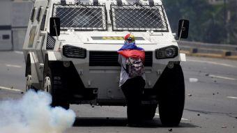 [FOTOS] El coraje de una mujer venezolana que detuvo una tanqueta en Caracas