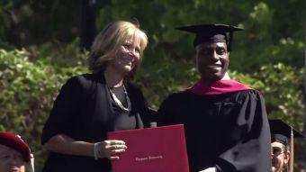 Mamá es sorprendida con su propio diploma después de ayudar a hijo cuadrapléjico a terminar su MBA