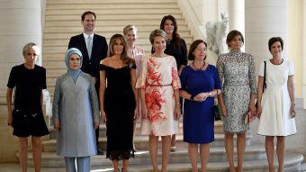 Histórico: un hombre posa en la foto oficial de las primeras damas en cumbre de la OTAN