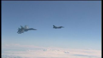 [VIDEO] Nave rusa muestra misiles a avión de OTAN