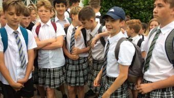 Por qué decenas de niños decidieron ir a la escuela en falda en Reino Unido