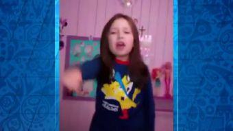 [VIDEO] La pequeña niña que vibra imitando el emotivo relato de Claudio Palma de Chile campeón