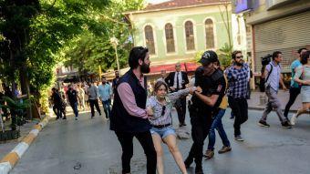 Policía turca usa balas de goma para dispersar marcha gay en Estambul