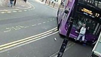El impresionante momento en que un autobús atropella un hombre y este sigue caminando ileso