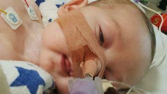 El bebé Charlie Gard pasa sus últimos momentos con sus padres antes de ser desconectado