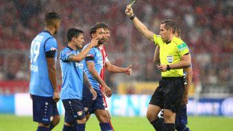 [VIDEO] Penal de Charles Aránguiz es el primer VAR en la historia de la Bundesliga