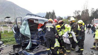 Nueve menores heridos deja choque frontal de furgón escolar con camión en Los Andes