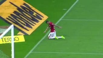 [VIDEO] Futbolista cruza la cancha arrodillado para cumplir promesa tras superar grave lesión