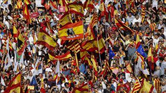 Miles de personas marchan en Barcelona en contra del proceso independentista Catalán.
