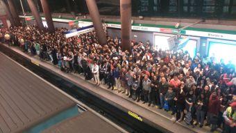 [FOTOS] Así se vivió en el Metro de Santiago la falla en la Línea 5 en plena hora punta