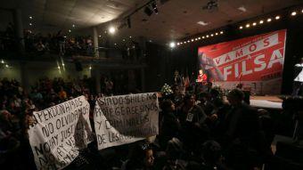 [FOTOS] Manifestantes interrumpen a Bachelet en inauguración de Feria del Libro