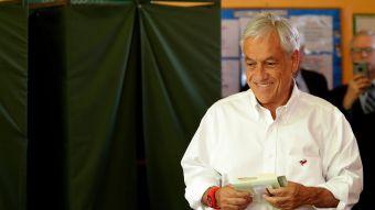 [VIDEO] El traspié de Piñera al momento de votar