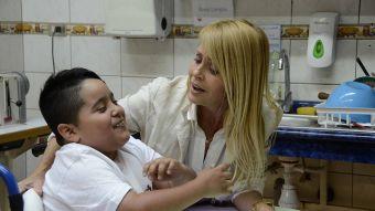 Cecilia Bolocco compartiendo con niños de la Teletón