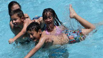 [FOTOS] El verano no ha llegado, pero ya está abierta la temporada de piscinas