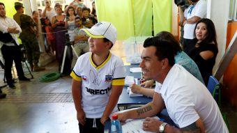 [FOTOS] Todo por una foto: así se vivió la locura por Esteban Paredes en local de votación de Maipú