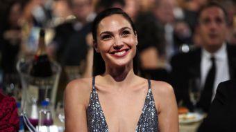 [FOTOS] Gal Gadot impacta con vestido metálico en los Critics' Choice Awards