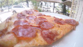 [VIDEO] La nueva forma de disfrutar de la pizza: por trozos y al paso