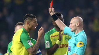 [VIDEO] Insólito: árbitro patea a jugador y luego lo expulsa en Francia