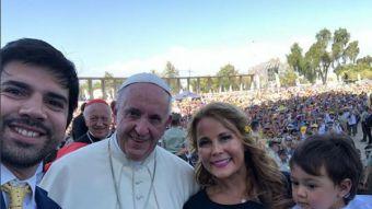Cathy Barriga se sale de protocolo y logra una selfie con el Papa Francisco
