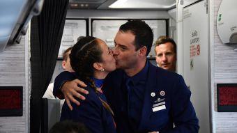 Papa casa a una pareja en avión Latam