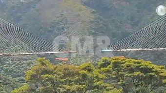 El impresionante colapso del puente de Colombia que saldó con 10 muertos