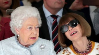 [FOTOS] Reina Isabel II y Anna Wintour asisten a desfile de modas en Londres