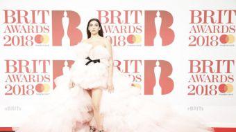 [FOTOS] Dua Lipa sorprende en la alfombra roja de los Brit Awards 2018