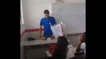 [VIDEO] Profesor que no recibía su sueldo hace dos meses fue sorprendido por sus alumnos