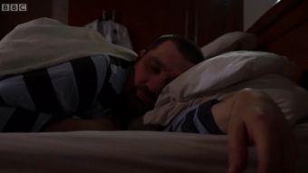 [VIDEO] ¿Por qué quedarte en la cama más tarde los fines de semana puede ayudarte a vivir más?