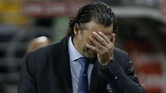 [VIDEO] Problemas para Pizzi: Volante saudí sale lesionado en pleno partido frente a Uruguay