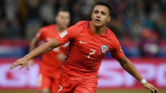 [VIDEO] A un año de la gloria: El día que Alexis superó a Salas como goleador de La Roja