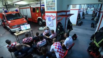 El deber ante todo  La reacción de Bomberos de Croacia ante una emergencia  mientras veían a9982f2c2e4f5