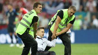 [VIDEO] ¡Insólito!: Hinchas ingresan a la cancha en medio de la final de Rusia