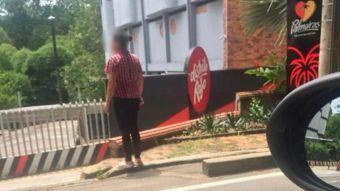 [VIDEO] Motel protegió a hombre tras descubrir que su esposa lo esperaba fuera