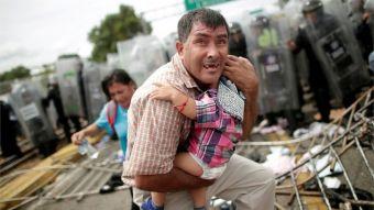 Caravana de migrantes: las horas de angustia y caos vividos en un puente