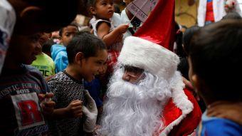 [VIDEO] Viejito Pascuero trae regalos a los barrios más pobres de Caracas