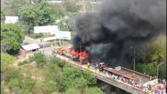 [VIDEO] Queman camiones en la frontera entre Colombia y Venezuela