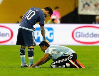 [FOTOS] Fan endiosa a Messi, le pide autógrafo, lo abraza y se va arrestado en Copa Centenario
