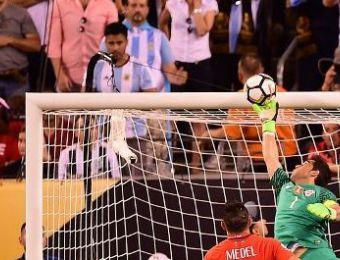 [FOTOS] Las atajadas de Claudio Bravo que marcaron la final