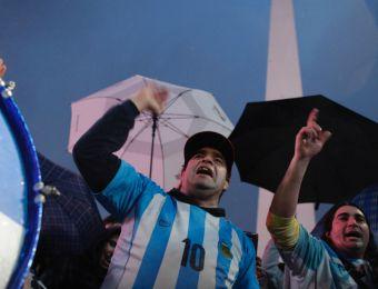 [VIDEO] Banderazo en el Obelisco por Messi: Hinchas argentinos le piden que no se vaya