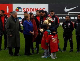 [VIDEO] Michelle Bachelet felicita a los jugadores de La Roja en Juan Pinto Durán