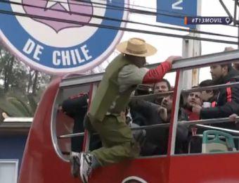 [VIDEO] Hincha se subió al bus donde La Roja celebra título de Copa Centenario